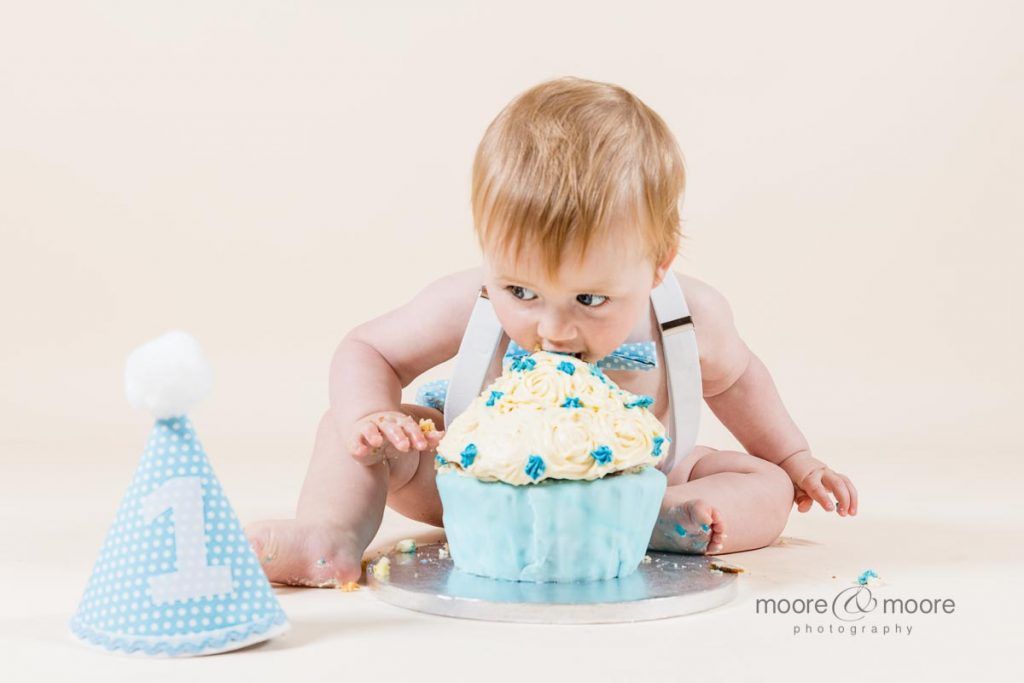 diving in - kids love a perfect cakesmash. photography by hampshire photographers moore&moore